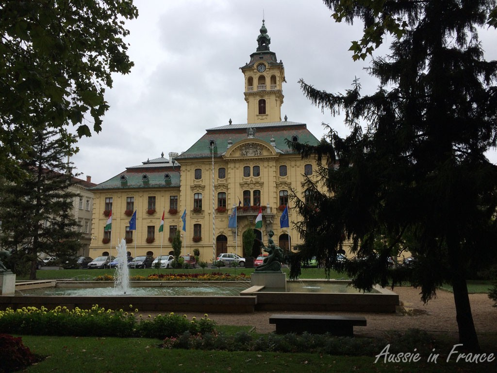 The town hall is the first building we see in Szedeg