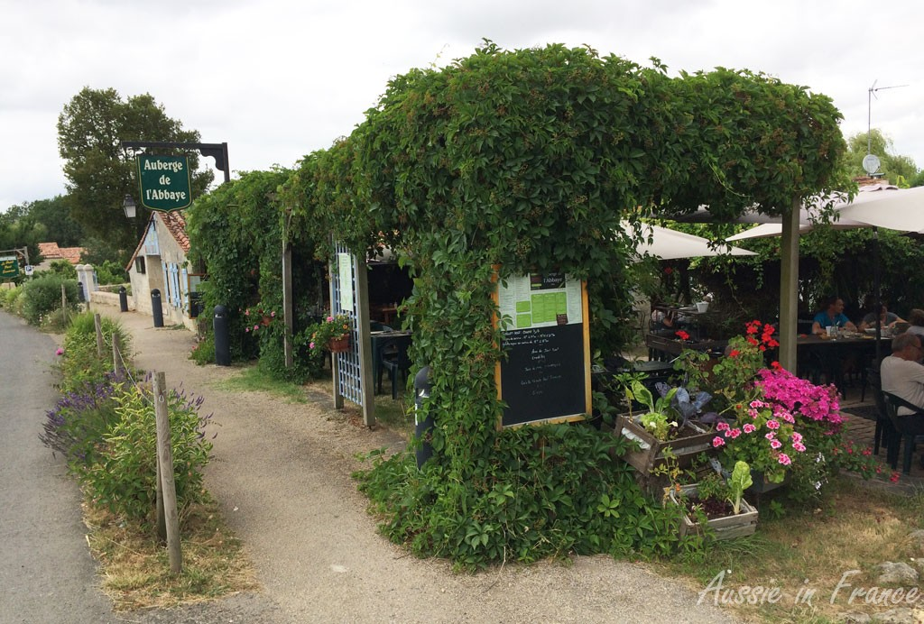 Auberge de l'Abbaye in Maillezais with its interesting floral and vegetable arrangement