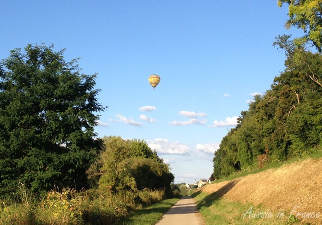 A hot air balloon on the bike path near Château de Chaumont