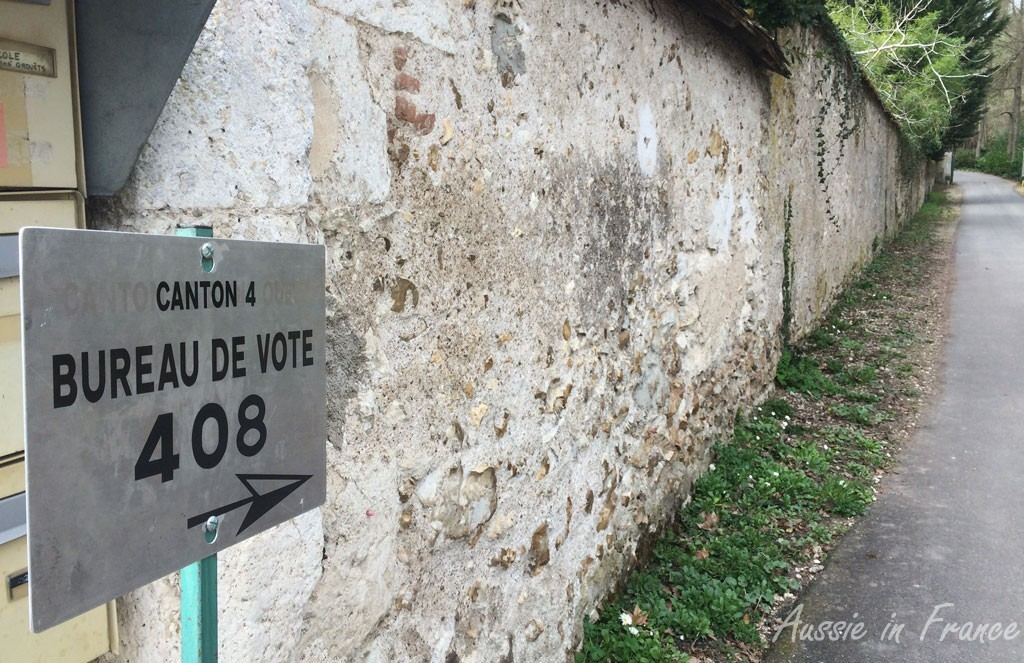 Sign pointing to voting bureau 408
