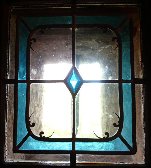 Notre petit vitrail avec son cabochon de la cathédral de Chartres