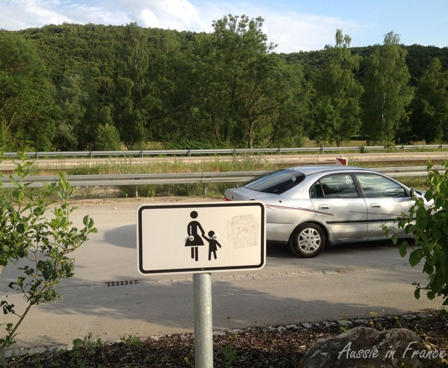 This sign means that the car park is reserved for mothers with children