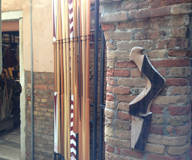 Oars and forcula in a workshop in the Castelo quarter