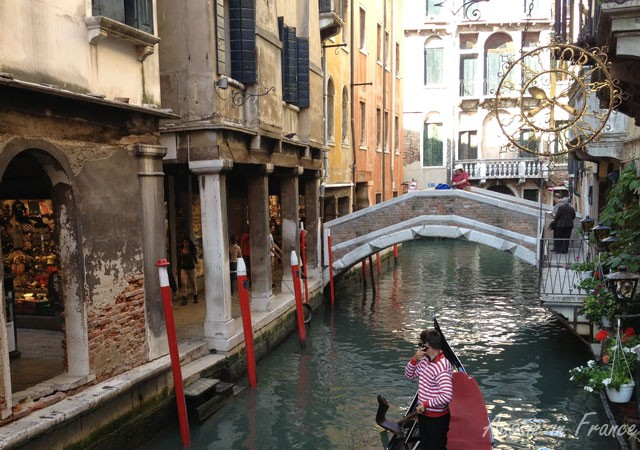Another gondolier on his cell phone!