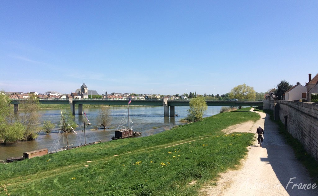 The bike path from Jargeau with the gabarre flat-bottomed boats