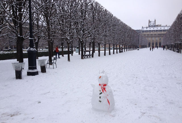A long snowman in the Palais Royal gardens - the scarf is one of the safety tapes around the fountain!