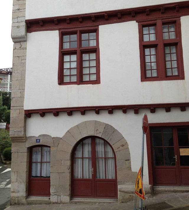 One of the oldest houses in Ciboure with no shutters and mullion windows
