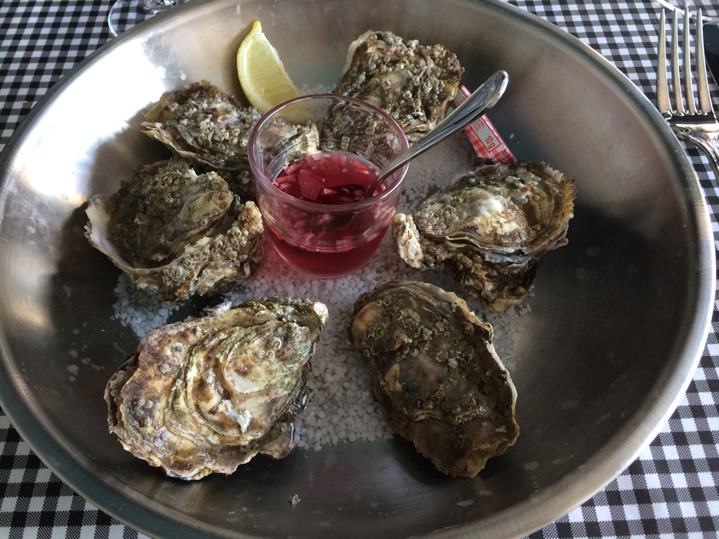 N°3 oysters with typical vinegar and shallots sauce (which I don't like!)