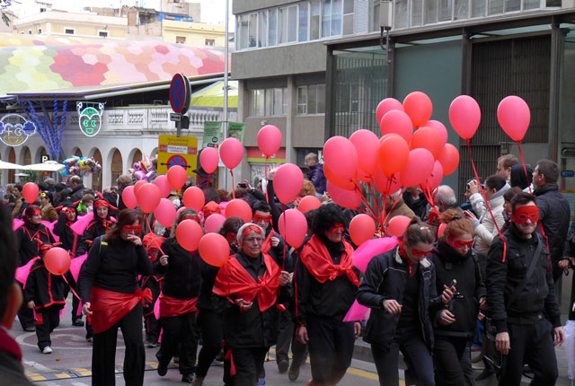 The carriage was usually followed by a group carrying balloons of the same colour