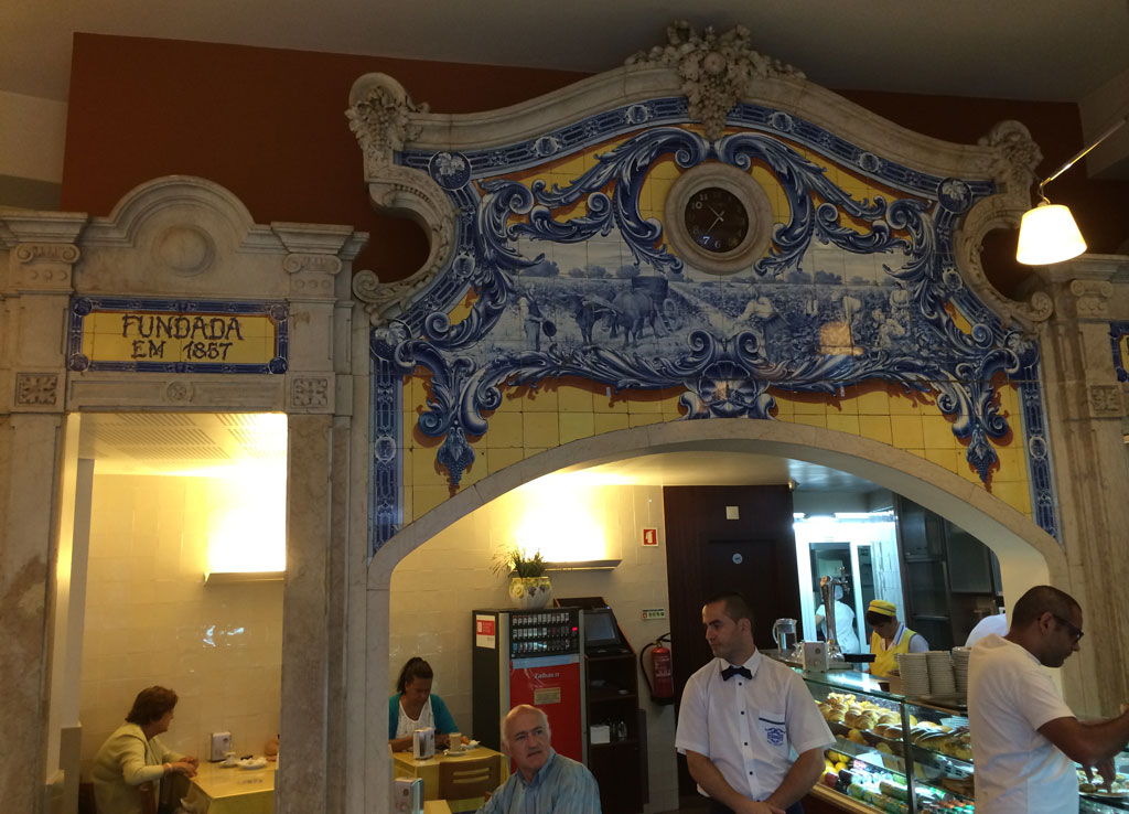 The inside of Pasteleria 1800 founded in