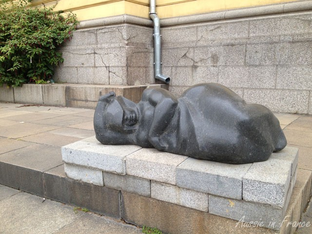 The sleeping woman in front of the National Art Gallery