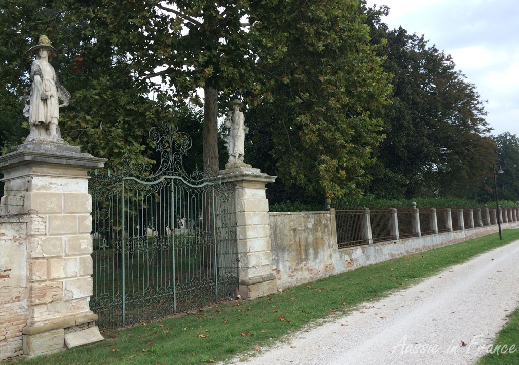 Statues on the Villa Giovanelli
