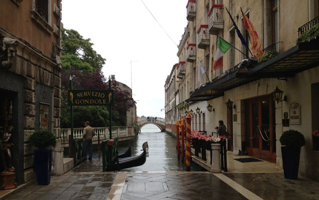 The gondolas didn't do much business while it was raining but each time there was a lull, the canals were full!
